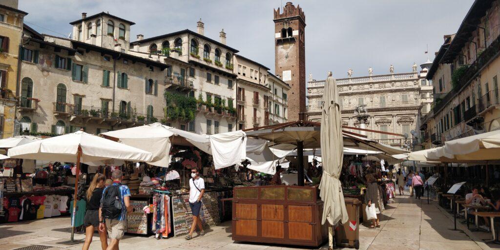 Piazza delle erbe: itinerario per vedere Verona in 2 giorni