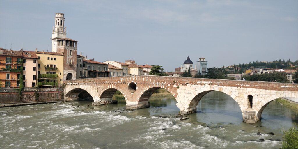 Ponte Pietra: itinerario per vedere Verona in 2 giorni